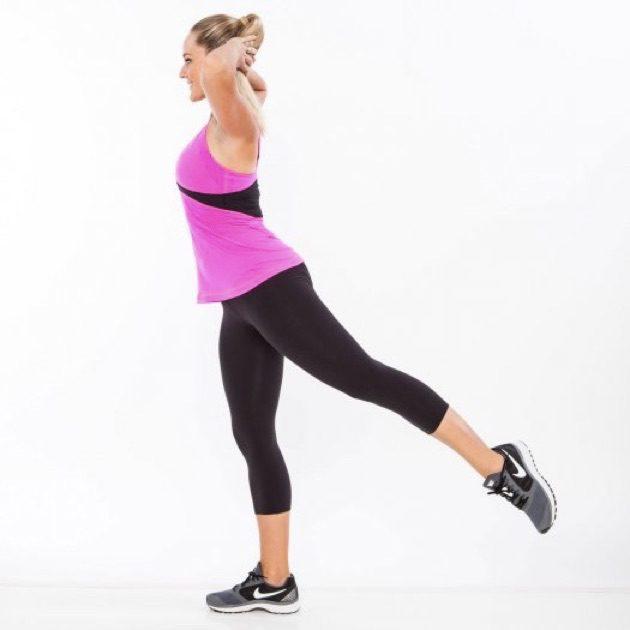 Упражнения для ягодиц: корпус выпрямлен, нога поднята